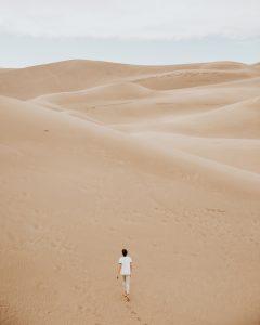 dunes de sable avec un homme